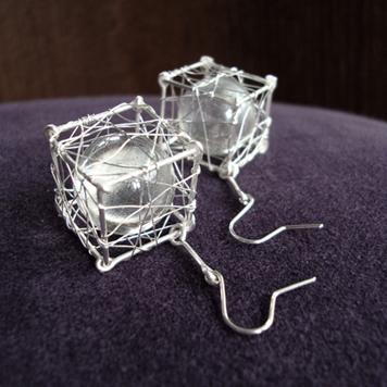 Kolczyki Kostki ze Szklaną Kulką